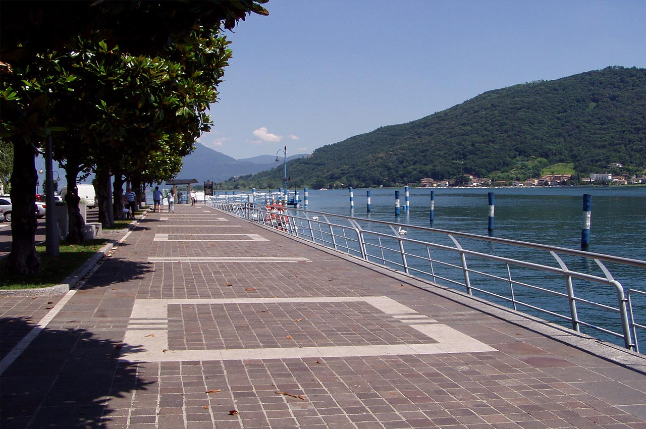 Il lungolago è certamente un fiore all'occhiello della bella Sarnico, paese posto all'estremo sud, dove il lago ridiventa fiume, fiume Oglio.
